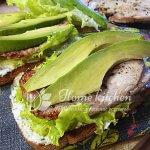 Бутерброд с индейкой и авокадо