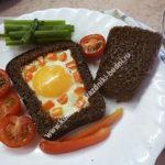 Глазунья в черном хлебце