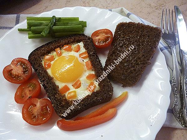 Яйцо в хлебе на сковороде с фото