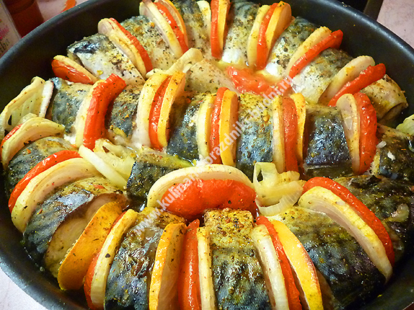 Скумбрия запеченная в духовке с овощами фото