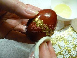 Покраска яйца в луковой шелухе фото